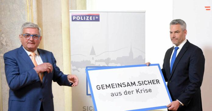"""Innenminister Karl Nehammer (r.) und Gemeindebundpräsident Alfred Riedl präsentierten gestern die auf Gemeindeebene angesiedelte Initiative """"Gemeinsam sicher""""."""