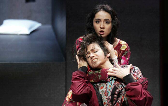 Unversöhnlichkeit der Welt, davon erdrückt die Liebenden: Anna Alàs i Jové (Romeo), Ilona Revolskaya (Giulietta).