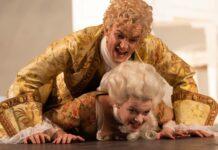"""Auch Komponisten brauchen mal ein Päuschen: """"Amadeus"""" Daniel Klausner, Lorena Emmi Mayer als Constanze."""