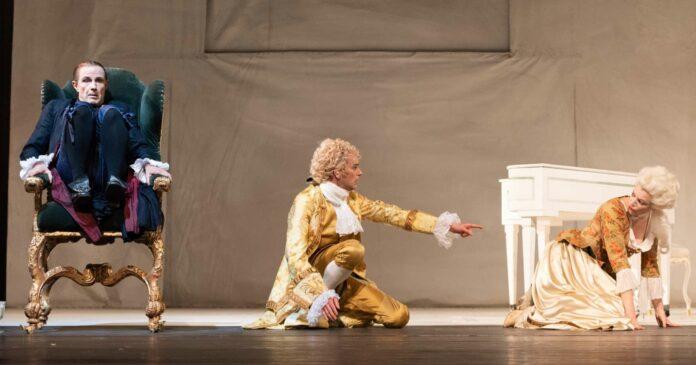 Miau! Quiek! Das Liebeslocken der Mozarts (Daniel Klausner, Lorena Emmi Mayer) überfordert den sonst eh auch nicht zimperlichen Salieri (li. Christian Higer).