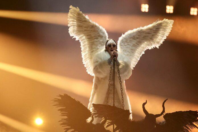 Nicht nur stimmlich interessant, sondern auch kostümtechnisch gibt es beim Song Contest viel zu sehen: Für Norwegen landete Tix mit angeklebten Flügeln im Finale. Für Österreich tritt heute — ganze ohne gefiederten Beistand — Vincent Bueno (kl. Foto) an.
