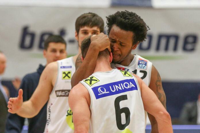 Emotionen pur: Stephon Jelks bedankte sich nach Schlusspfiff bei Daniel Friedrich, der in der Verlängerung neun Punkte scorte.