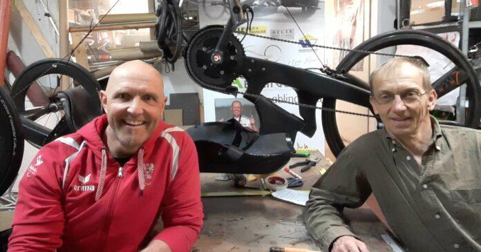 """Walter Ablinger (l.) mit """"Tokio-Bike"""" und dessen Konstrukteur Ludwig Hackinger."""