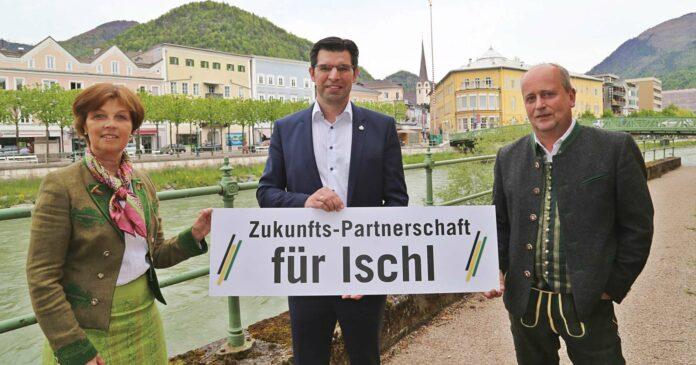 """Die Ischler ÖVP — links im Bild Ursula Bittner, rechts Lorenz Müllegger — unterstützt Bürgermeisterkandidat Hannes Mathes. Auf die überparteiliche Initiative sieht Müllegger viel Arbeit zukommen, so sei in Bad Ischl etwa bei den Themen Arbeit und Wirtschaft """"sehr viel versäumt"""" worden."""