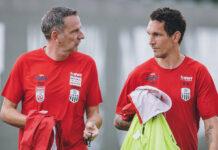 LASK-Cheftrainer Dominik Thalhammer (l.) übergibt die Entscheidungsgewalt für das Match in Wolfsburg an Co Emanuel Pogatetz (M.) und freut sich über die Vertragsverlängerung von Mittelfeldspieler Rene Renner (r.).