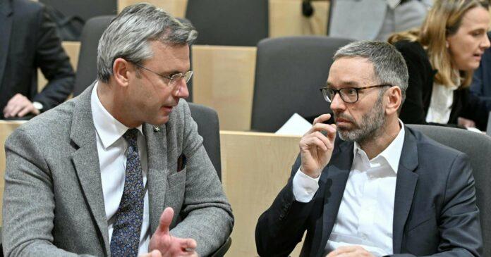 Da waren sie noch Freunde (v. l.): Parteiobmann Norbert Hofer und Klubchef Herbert Kickl (beide FPÖ) vor Ausbruch der Corona-Pandemie bei einer Nationalratssitzung.