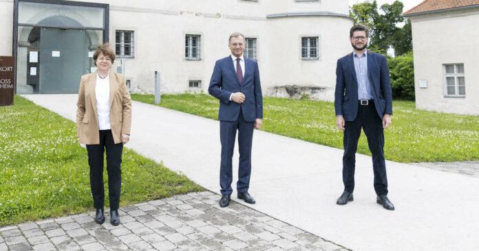 V.l.: Konsulentin Brigitte Kepplinger, Obfrau des Vereins Schloss Hartheim, Landeshauptmann Thomas Stelzer, Mag. Florian Schwanninger, Leiter des Lern- und Gedenkorts Schloss Hartheim