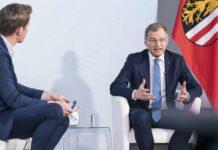 Stelzer (r. neben Moderator Florian Danner) beantwortete konkrete Fragen seiner Landsleute in aller Welt.