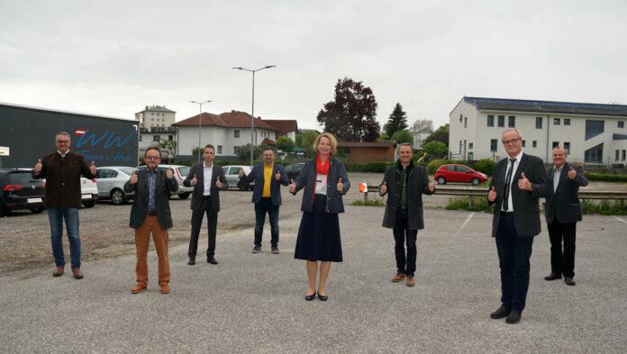 Bgm. Elisabeth Teufer mit den Vertretern von SPÖ, FPÖ und Grüne am Areal des künftigen Hotels.