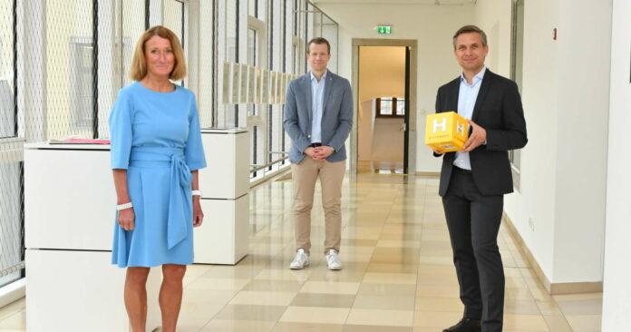 OÖ-Hilfswerk-Obmann Wolfgang Hattmannsdorfer (r.) und Geschäftsführerin Viktoria Tischler mit IMAS-Forscher Paul Eiselsberg