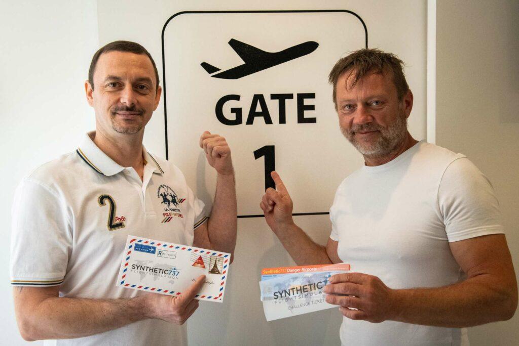 Eric Pürstinger (r.) und Mario Aigelsperger lassen in ihrer Garage in Alkoven Hobbypiloten-Träume wahr werden.