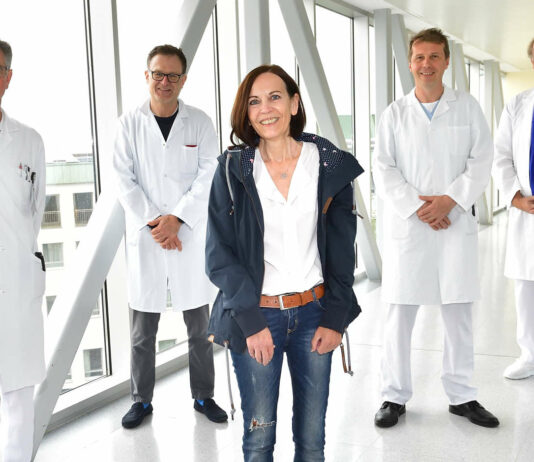 Karin Pilz mit dem Ärzteteam (v. l.) Josef Eckmayr, Florian Tomaselli, Johann Knotzer und Rainer Kolb