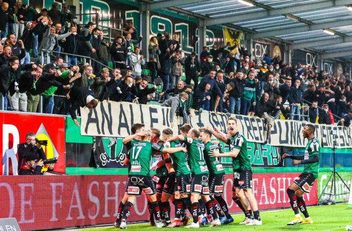 Torjubel vor dem (wenigstens) halb gefüllten Fansektor; Die SV Ried sorgte für Ekstase.