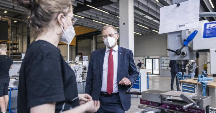 LH Thomas Stelzer konnte beim Betriebsbesuch in Hofkirchen Einblicke in den ETA-Arbeitsalltag gewinnen.