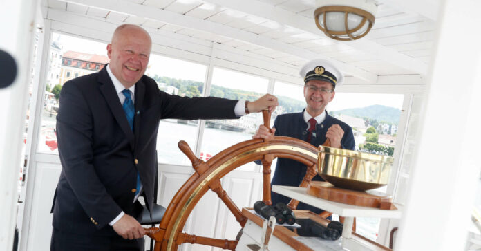 v. l.: Karlheinz Eder, Kapitän und Geschäftsführer Traunseeschifffahrt, und Achleitner am Steuerrad der Gisela.