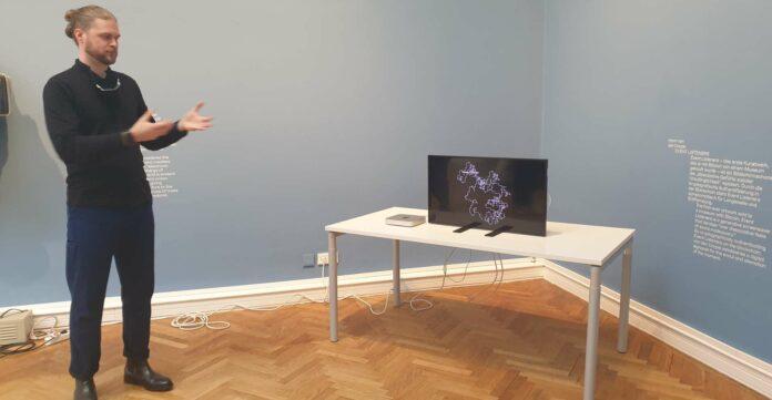 """Jesse Damiani, US-amerikanischer Kurator und Autor, kuratierte die Ausstellung und präsentierte u. a. """"Event Listeners"""", das erste Kunstwerk, das je mit der digitalen Währung Bitcoin von einem Museum gekauft wurde. Zur Ausstellung erscheint übrigens auch ein Katalog."""