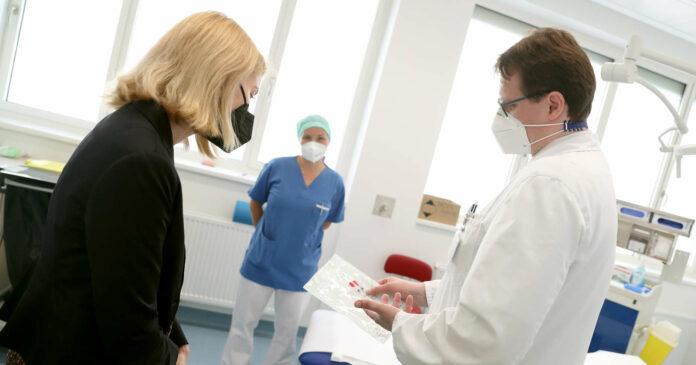 Primar Reinelt erläutert LH-Stv. Haberlander die Abläufe bei der Behandlung von Patienten mit Makuladegeneration.