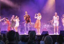 Alle neune aus dem Ensemble auf der Bühne