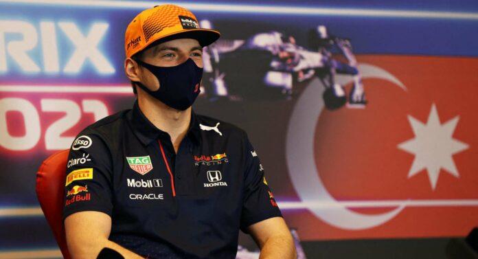 Zum ersten Mal kommt Max Verstappen als WM-Führender zu einem F1-Rennen: Die gute Laune ist ihm trotz MNS anzusehen.