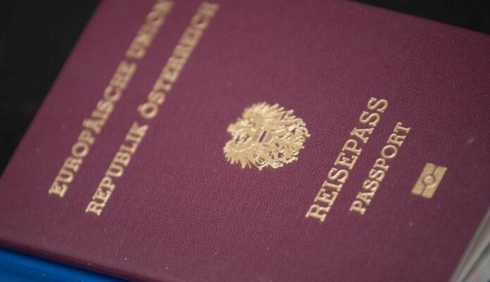 Die SPÖ will nicht nur die rechtlichen Hürden für den Erwerb der Staatsbürgerschaft deutlich senken, sondern auch die finanziellen Hürden für den österreichischen Pass. Die Bundesgebühren von derzeit 1115 Euro für die Einbürgerung sollen ersatzlos gestrichen werden. Die Landesgebühren, die derzeit in den einzelnen Bundesländern unterschiedlich hoch sind, sollen auf entsprechend niedrigem Niveau vereinheitlicht werden.