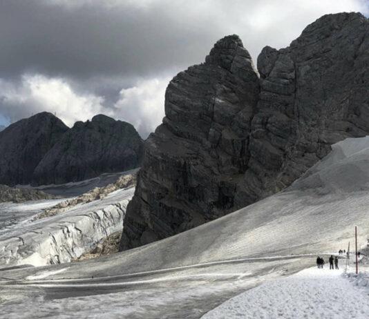 """Der Natur """"mit Respekt"""" begegnet versus """"illegal"""": Wanderung in der Gletschergegend des Dachstein."""
