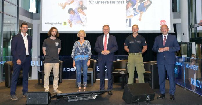 Beim Symposium wurden die Ehrenamtlichen auch vor den Vorhang geholt (v. l.): Stefan Hochreiter, Peter Baumüller, Evelyn Aitzetmüller, Landeshauptmann Thomas Stelzer, Andreas Hatzmann und Landtagspräsident Wolfgang Stanek.