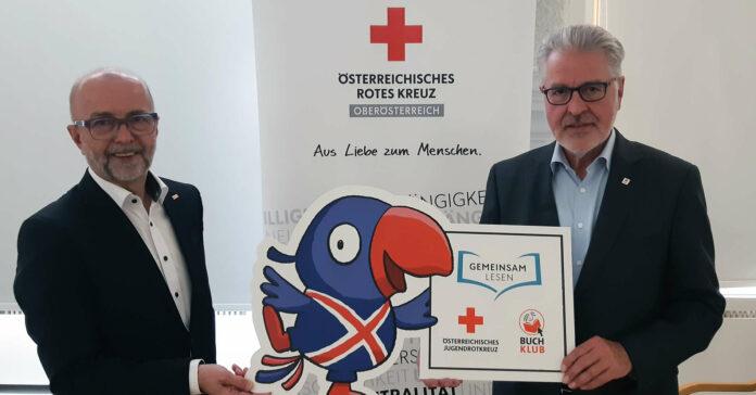 """JRK-Landesleiter Franz Payrhuber (l.) und OÖRK-Präsident Walter Aichinger präsentieren das """"Gemeinsam Lesen""""-Angebot."""