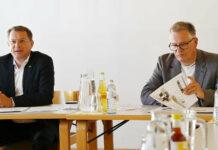 """""""Gemeinsam. Zukunft. Gestalten."""" — unter diesem Motto wollen in Ried im Innkreis OÖVP-Bürgermeisterkandidat Bernhard Zwielehner (l.) und der gf. OÖVP-Stadtparteioobmann Michael Großbötzl die Bevölkerung nach ihren Ideen und Wünschen fragen."""
