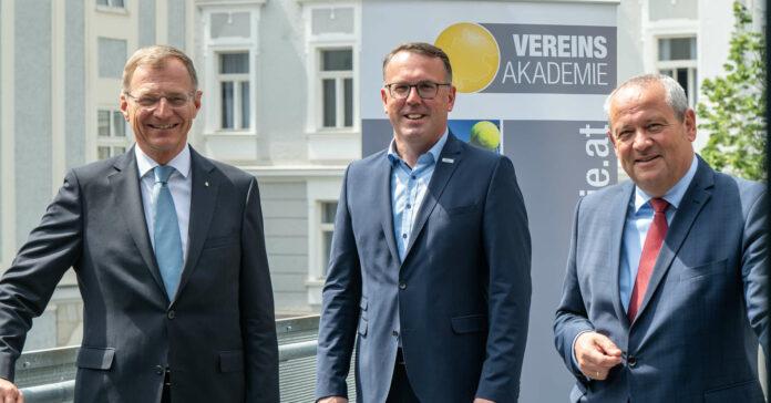 Erfreuliche Zahlen aus dem Ehrenamtsmonitor 2021 präsentierten gestern (v. l.) LH Thomas Stelzer, Vereinsakademie-Obmann Günther Lengauer und LT-Präsident Wolfgang Stanek.