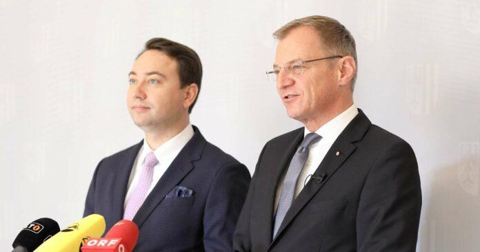 """LH Stelzer (r.) und LH-Stv. Haimbuchner sind überzeugt: Das Land habe die Kraft, """"mit dem Oberösterreich-Plan den Arbeits- und Wirtschaftsstandort weiter anzukurbeln""""."""