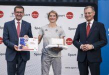 Sport-LR Markus Achleitner (l.) und LH Thomas Stelzer (r.) drücken Sabrina Filzmoser, mit 41 die Älteste der ÖOC-Abordnung, und ihren Kollegen die Daumen.