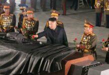Der geliebte Führer Kim Jong Un, hier beim Gedenken an das Ende des Koreakrieges vor 68 Jahren, streut seinen südkoreanischen Brüdern plötzlich wieder Rosen.