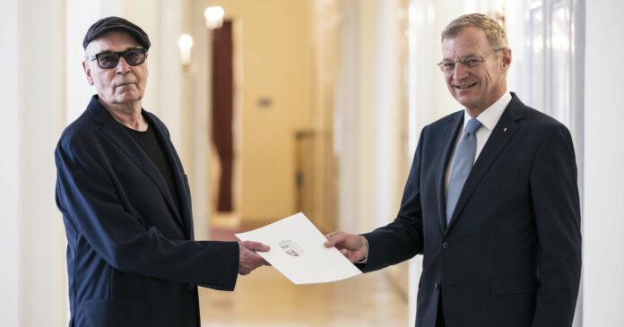 """Dietmar Brehm erhält von LH Thomas Stelzer den Großen Landespreis, den """"Alfred Kubin-Preis""""."""