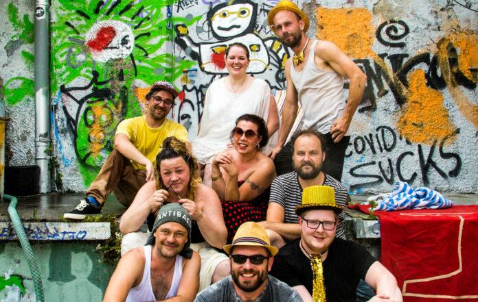 Trompeten, Sirenen, Rap, schroffe Beats, Wortwitz und Tanzlust: Vabrassmas