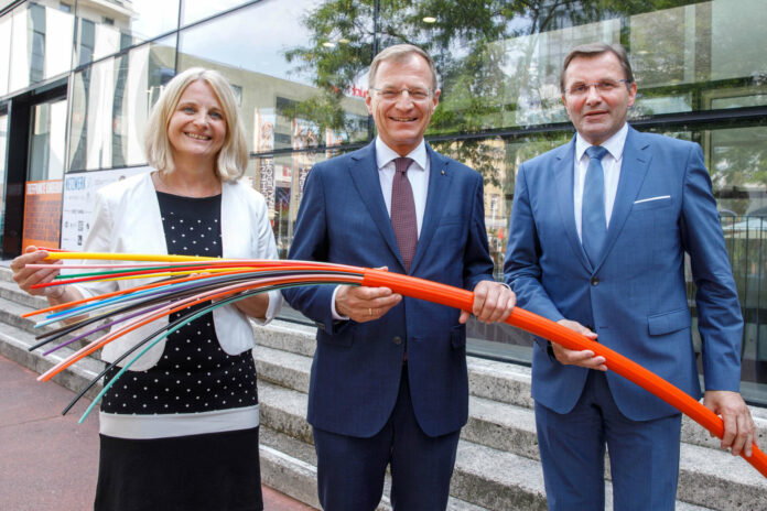 Freuen sich auf das Glasfaser-Internet im Bezirk Rohrbach (v. l.): LAbg. Gertraud Scheiblberger, LH Thomas Stelzer und OÖVP-Bezirksparteiobmann LAbg. Georg Ecker.