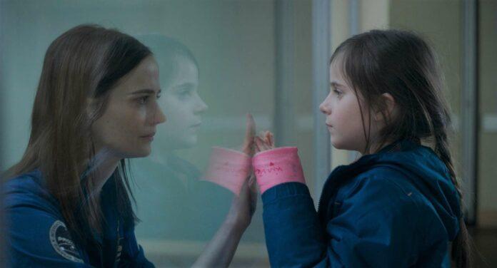 Sarah (Eva Green) und Stella (Zélie Boulant-Lemesle) müssen sich verabschieden.