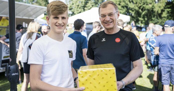 Für Jakob Zöchbauer (l.) gab es von LH Thomas Stelzer (r.) ein Geschenk.