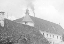 Die Euthanasie-Anstalt Schloss Hartheim mit aufsteigendem Rauch