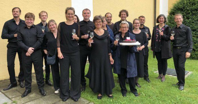 Gruppenbild mit Torte: L'Orfeo Barockorchester zelebriert seit 25 Jahren Alte Musik
