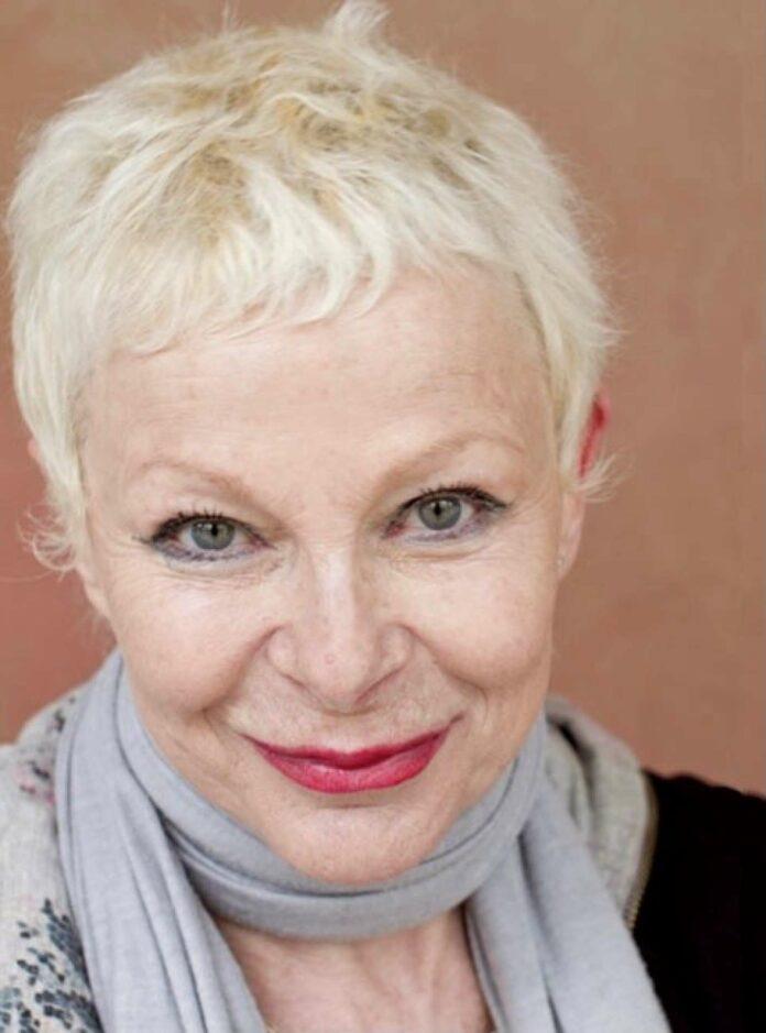 Birgit Zamulo, alter Hase am Theater, eingerahmt von Jungmimen Declyn Lehner und Gabriel Federspieler