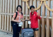 Vor der Abreise übergab Liu Jia (r.) einen Koffer voller Spenden für die Betroffenen der Flut in der chinesischen Provinz Henan.