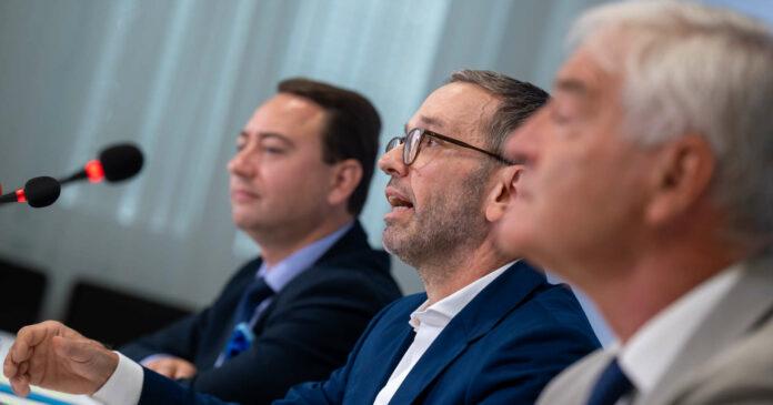 Schulter an Schulter im oö. Wahlkampf: FPÖ-Landeschef Manfred Haimbuchner (l.) und FPÖ-Bundeschef Herbert Kickl nach der gemeinsamen Klubklausur in Linz, bei der auch der Salzburger Uni-Professor Michael Geistlinger (r.) zu Wort kam.