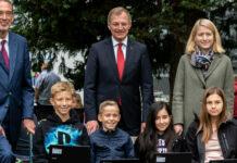 Digitales Klassenzimmer in OÖ (v. l.): Minister Heinz Faßman, LH Thomas Stelzer und LH-Stv. Christine Haberlander mit Schülern der 2B des Linzer Ramsauergymnasiums.