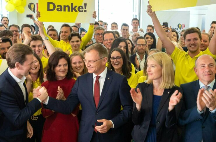 Als einer der Ersten gratulierte Kanzler Sebastian Kurz (l.) dem Wahlsieger Thomas Stelzer (neben seiner Gattin Bettina Stelzer-Wögerer).
