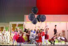 Zeigt sich die Bühne eher schlicht, so füllt das Ensemble den Raum mit prallem Leben.