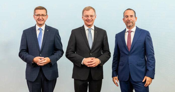 Wirtschafts-Landesrat Markus Achleitner, Landeshauptmann Thomas Stelzer und Univ.-Prof. Teodoro D. Cocca geben den Weg in die wirtschaftliche Zukunft vor.