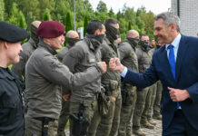 Innenminister Karl Nehammer beim Zusammentreffen mit den Cobra-Einsatzkräften bei einem Arbeitsbesuch an der Außengrenze in Litauen