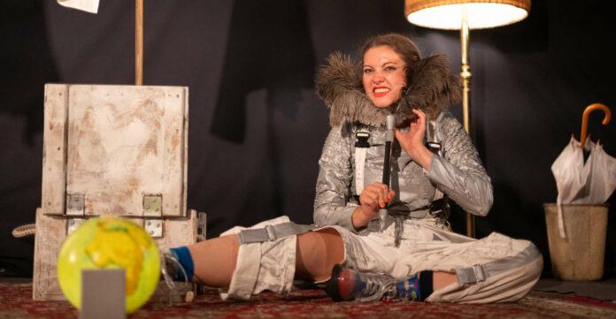 Sofie Pint rettetals Jenny Bücherwürmer, die in Schwierigkeitengeraten sind.