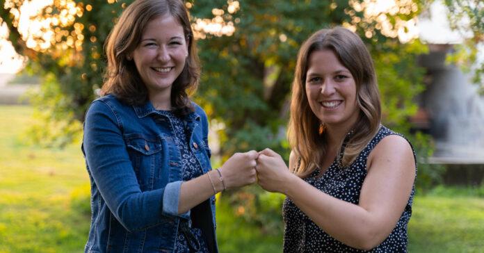 Nicole Zehetner (r.) wurde vergangenen Sonntag zur Bürgermeisterin von Hofkirchen im Traunkreis gewählt, der mit 25 Jahren jüngsten Ortschefin gratuliert auch JVP-Landes- und Bundesobfrau NR-Abg. Claudia Plakolm.
